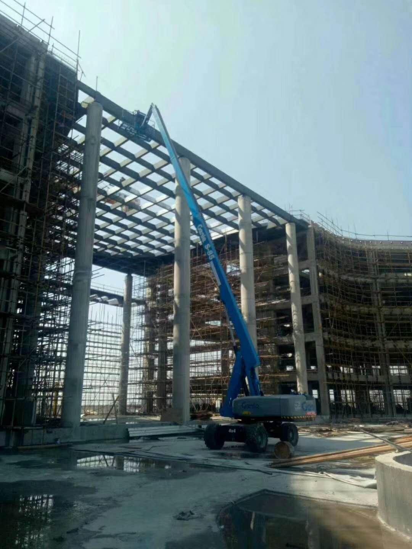 上海进口直臂升降机出租新报价, 启望达直臂式高空作业平台采用坚固耐用、性能优良可靠的设计理念,为用户提供安全可靠的高空作业平台,满足具有挑战性工况环境的需求。高空作业时作业高度比较高可达44米,可灵活自行走,工作范围大,效率高,动力强劲;产品载重量大,可同时容纳2-3名作业人员和设备进行作业;能停留在40%的坡度上不下滑,并能在此坡度上再次启动。此类产品广泛应用于船舶工业、大型钢构、建筑工程、市政园林、机场港口、幕墙工程、石油化工等行业 启望达直臂式高空作业平台采用坚固耐用、性能优良可靠的设计理念,为用户