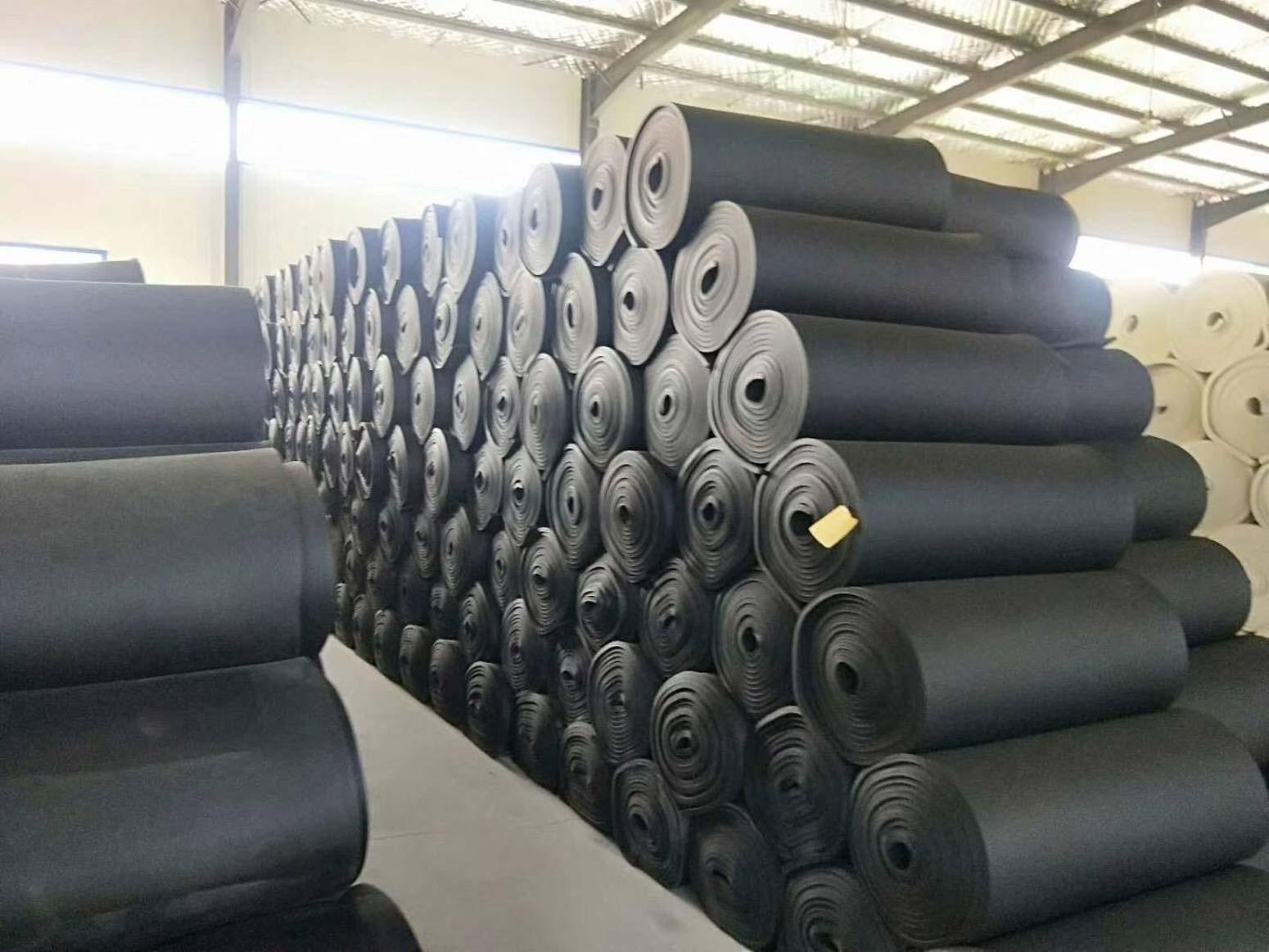广东直供橡塑板供应商, 橡塑板是一种以优异的丁腈橡胶和聚录乙烯为主要原料,添加特殊的辅助材料,橡塑板,经过发泡工艺而制成的软质保温节能材料。保温橡塑板材的性能优良,在很多方面都有着它的优势。 橡塑板 是一种分子连接紧密的高分子聚合物,这决定了保温橡塑板材的性能不吸水,不透水。所以保温橡塑板是一种性能优异的防水材料。在物理结构上,保温橡塑板材又是一种发泡结构,所以它是一种软质的材料。 保温橡塑板材的内部由许多蓬松的孔状结构组成,这一结构又决定了它透气的性能。同时,抗挤压又是保温橡塑板材的性能之一。 所以它