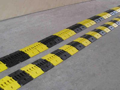 厦门路面减速带厂家直销 厦门宏乾交通设施工程供应