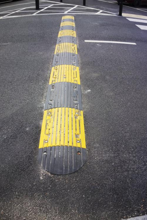 橡胶减速带生产厂家 厦门宏乾交通设施工程供应