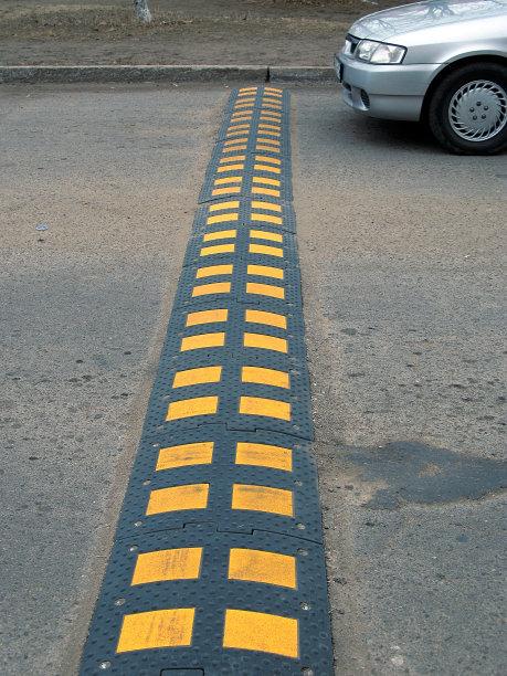 路面減速帶安裝 廈門宏乾交通設施工程供應