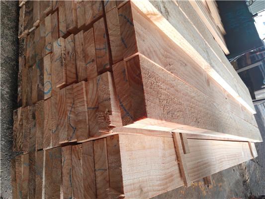 松木扣板装客厅效果图