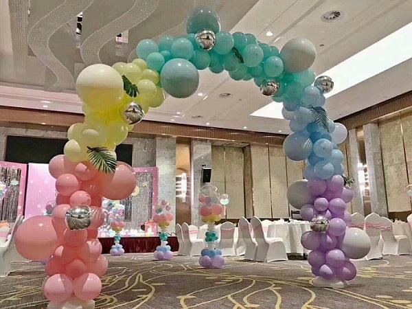 气球布置乌鲁木齐百川天和气球装饰艺术有限公司始创于2002年,是从事庆典、婚庆礼仪服务的专业机构,是一个充满活力和具有无穷创造力的专业化团队。在这期间我们以精湛的技术,创新的思维,优质的服务迎来了很多客户的信赖与赞美!我们用智慧和劳动为每项庆典活动和每一对新人提供较完善的服务。隆重热烈、文明高雅的庆典礼仪能充分展示企业形象,提高企业的知名度,为企业发展奠定良好的基础。保证服务质量,不断追求创新。