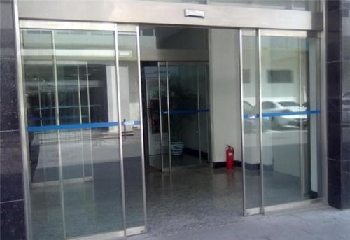 玉树市玻璃门报价「西宁市城中区郑玉卷闸门供应」