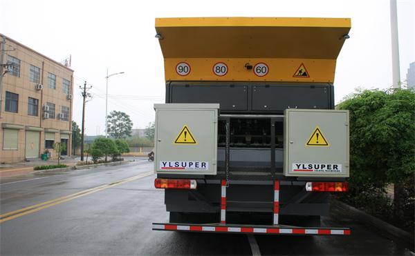 四川橡胶沥青同步碎石封层车哪有卖 新乡市亿龙养护设备供应