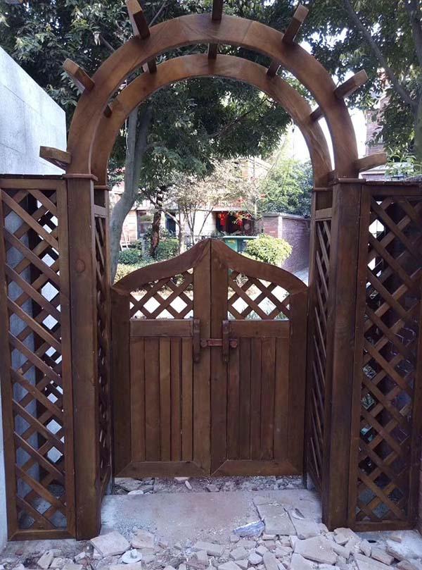 高新区防腐木木门安装,防腐木木门