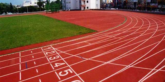 重庆无颗粒自结塑胶跑道哪家专业 湖北帝冠体育设施供应
