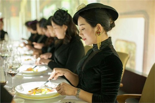 昆明中餐礼仪培训老师18108825783 客户至上 云南皇礼礼仪学院