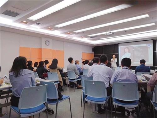 昆明公司礼仪教学4006250898 云南皇礼礼仪学院