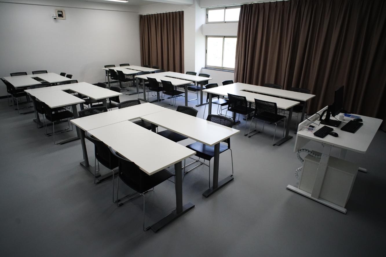 U型桌1上海高校智慧教室课桌椅.png