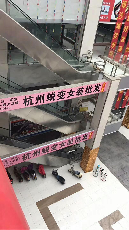 牛仔外套尾货打包「杭州蜕变时尚服饰供应」