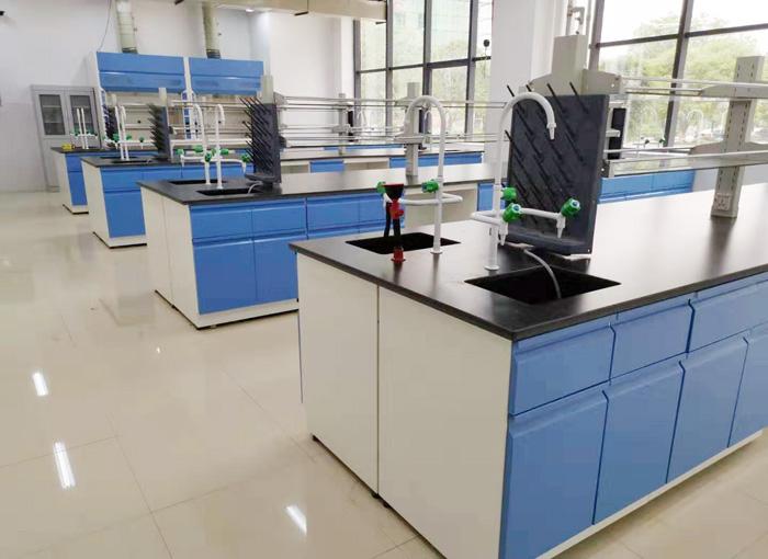 在实验室家具设计上,指的是一些组合体与连接体中间点的位置分割会