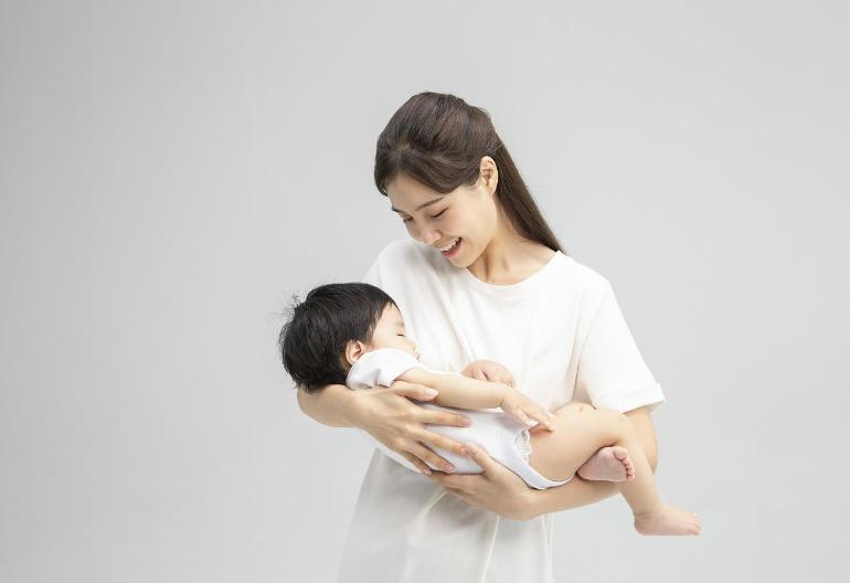 杭州请个育婴师一般多少钱