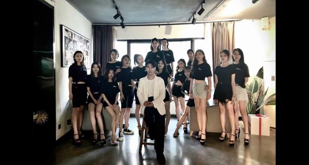 鹰潭服装模特培训公司电话 推荐咨询「南昌芈芈文化传媒供应」